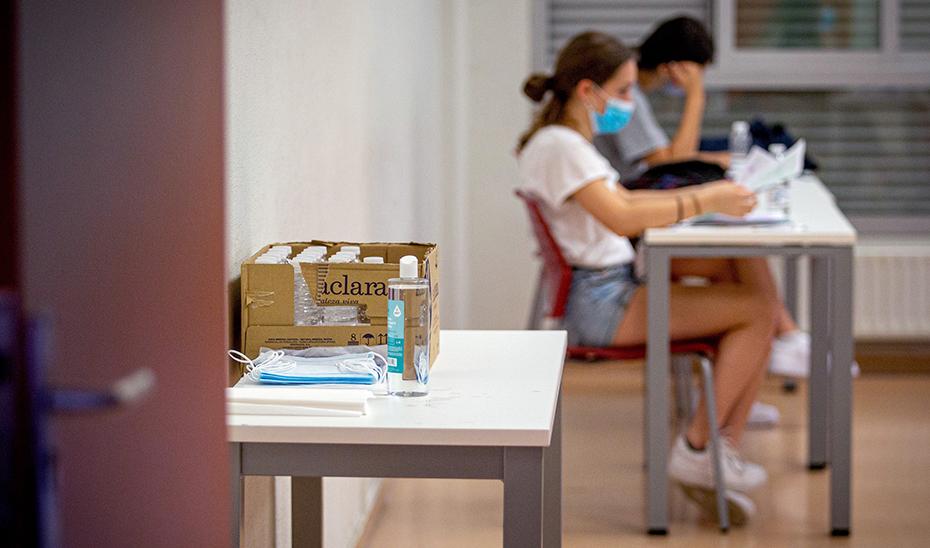 Estudiantes se examinan el pasado año para el acceso a la universidad con mascarillas y gel hidroalcohólico por el Covid-19 (Foto: EFE).