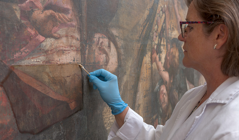 Personal técnico del IAPH durante el proceso de limpieza del lienzo'El Martirio de Santa Lucía'.