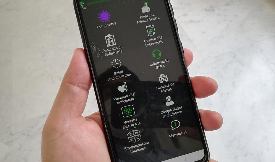 Un usuario consulta la aplicación de Salud Responde en su teléfono móvil.