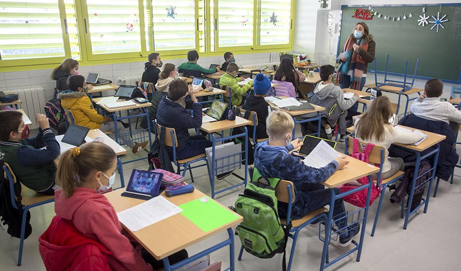 Alumnos de Primaria asisten a clase en un aula con las ventanas abiertas y radiadores, el pasado diciembre.