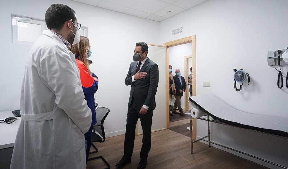 Moreno mostró el compromiso del Gobierno andaluz con la Atención Primaria en su visita a Jimena.