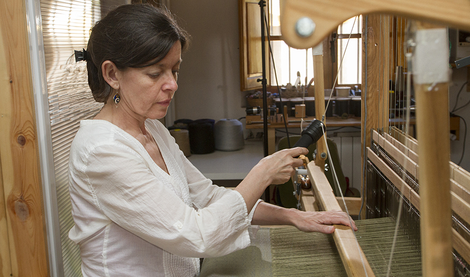 La artesana Ana Santiago, en su taller ubicado en Orcera.