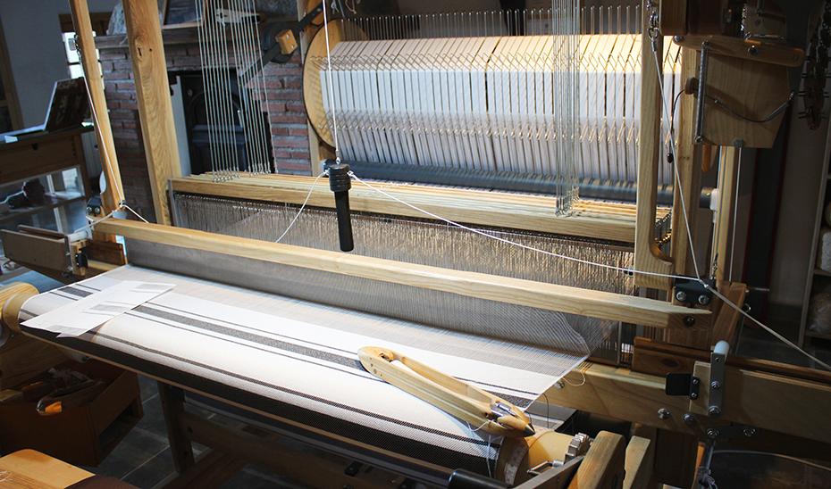 Uno de los telares con que cuenta el taller de la artesana.