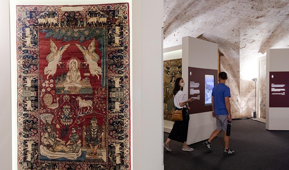 Visitantes recorriendo la exposición 'El Majlis. Diálogo entre culturas' en el Palacio de Carlos V de la Alhambra.
