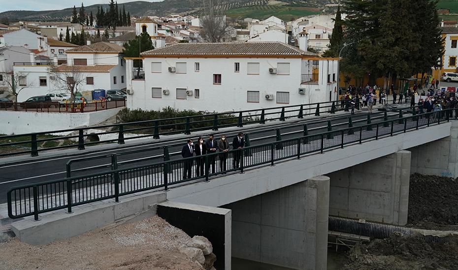 El presidente de la Junta, junto con el resto de autoridades, en la nueva infraestructura.