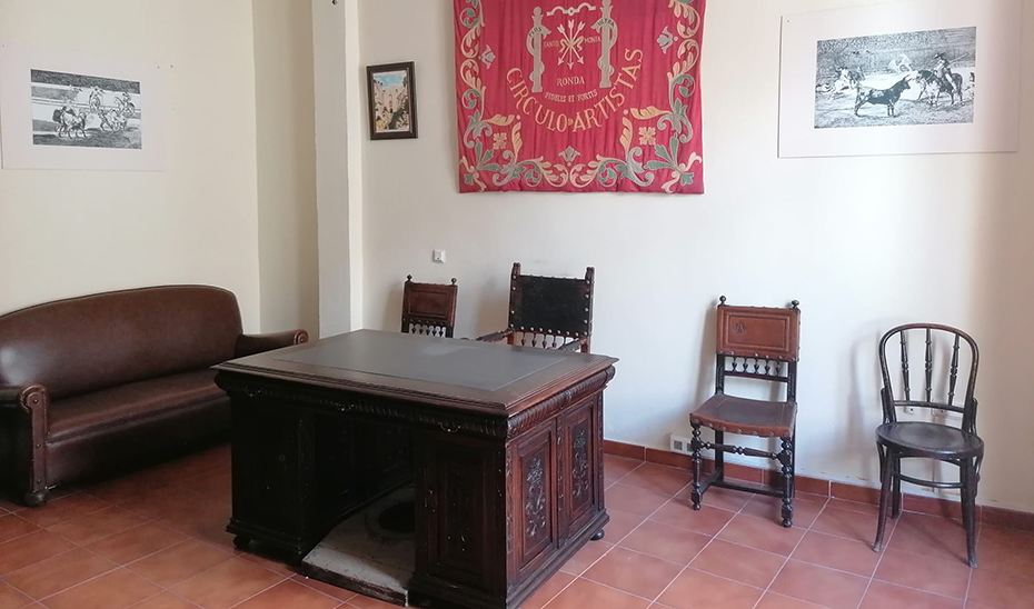 """La mesa donde se firmó el acuerdo por el que se convirtieron en """"insignias"""" de Andalucía la bandera blanquiverde y el escudo de Hércules."""
