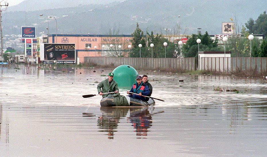 Inundación del polígono industrial Guadalhorce de Málaga a finales de los años 90. (Foto: EFE)