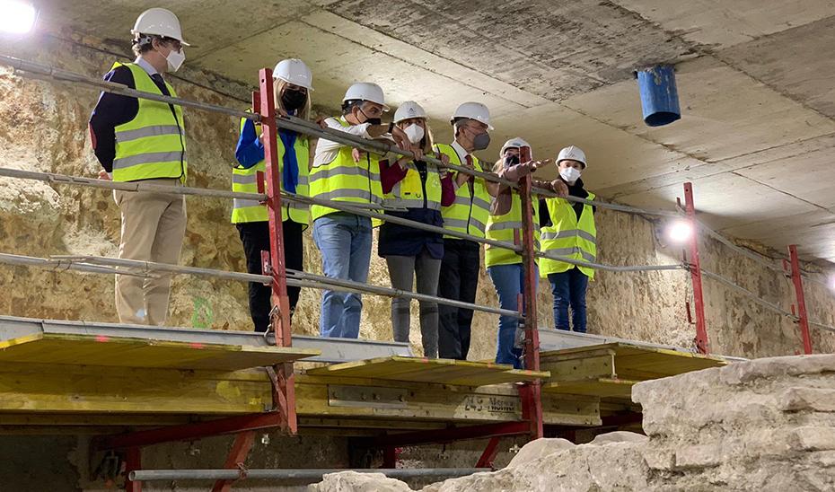 Los consejeros Elías Bendodo, Marifrán Carazo y Patricia del Pozo con el alcalde de Málaga revisando las obras arqueológicas del metro.