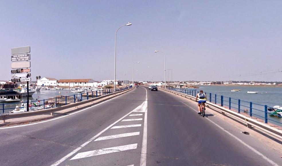 Puente de acceso a la localidad onubense Isla Cristina sobre el río Carreras. (Foto: Google Street View)