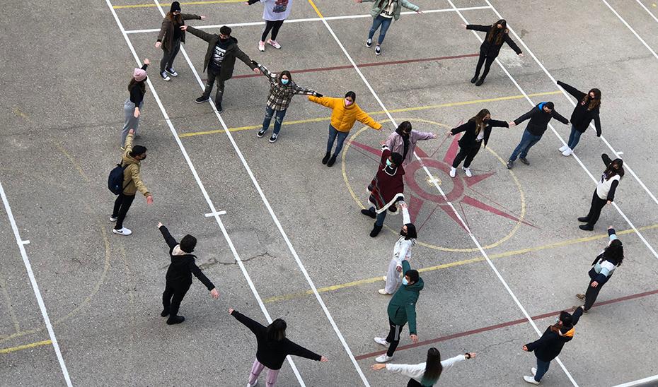 Estudiantes andaluces participando en una actividad a favor de la convivencia pacífica en las aulas.