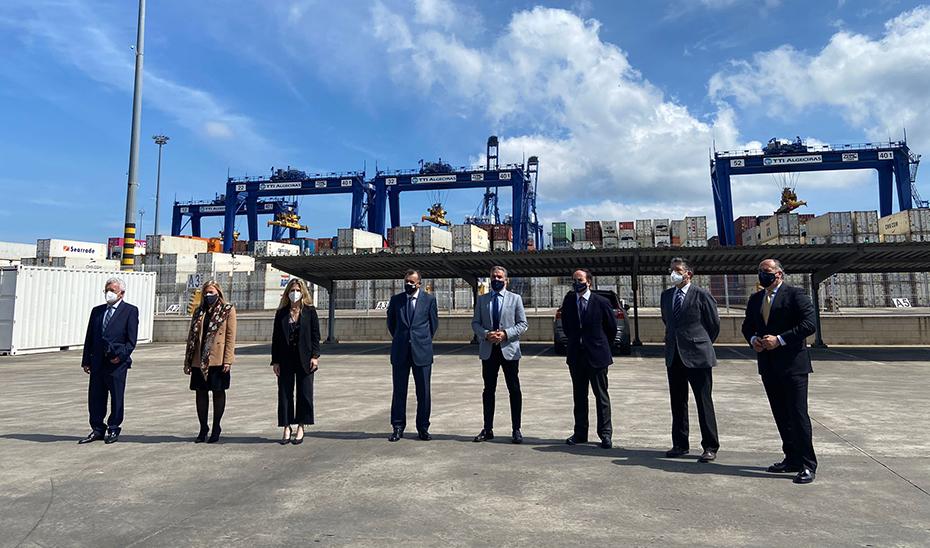 El consejero de la Presidencia, Elías Bendodo, con el resto de autoridades durante su visita al Puerto de Algeciras.