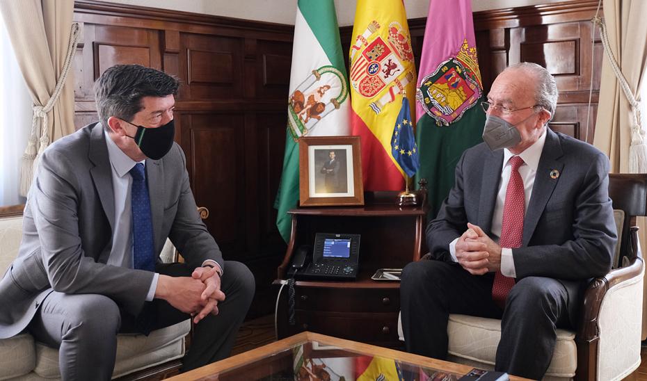Juan Marín y Francisco de la Torre, durante la reunión mantenida en el Ayuntamiento de Málaga.