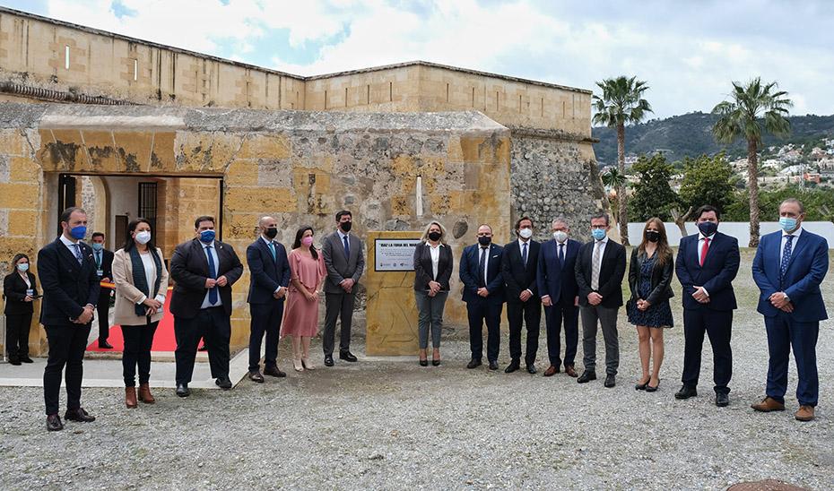 El vicepresidente y consejero de Turismo, Juan Marín, con el resto de autoridades ante el castillo fortaleza musealizado.