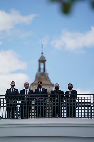 El presidente, el alcalde de Málaga y otros responsables institucionales, en la sede de las Reales Cofradías Fusionadas.