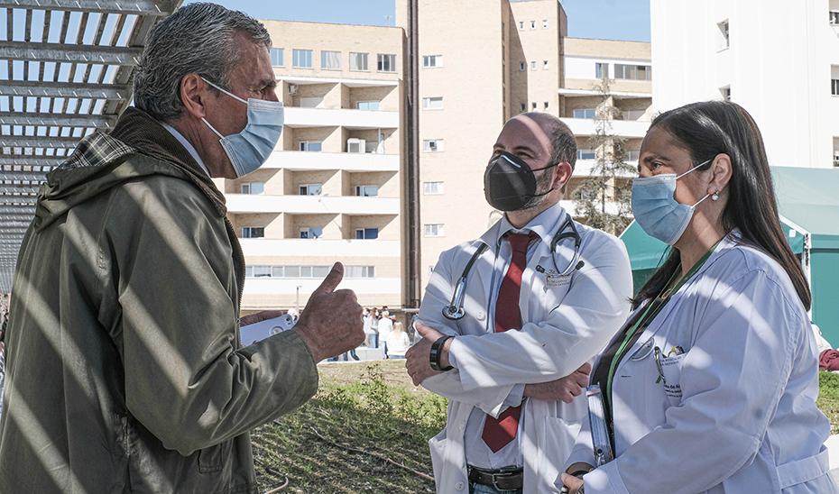 Antonio conversa con los doctores Garrido Jiménez y García Rescalvo en la explanada del Hospital Virgen de las Nieves.