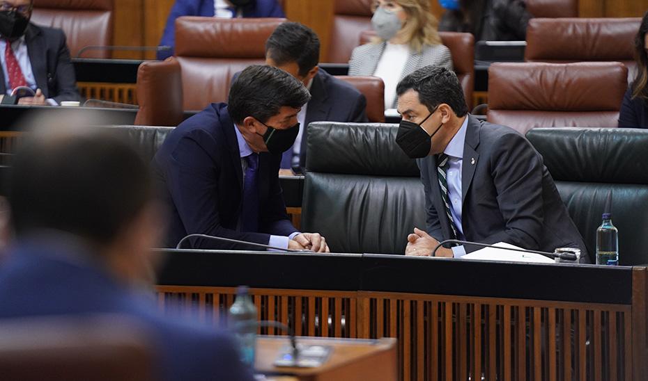 El presidente y el vicepresidente de la Junta, Juanma Moreno y Juan Marín, charlando.