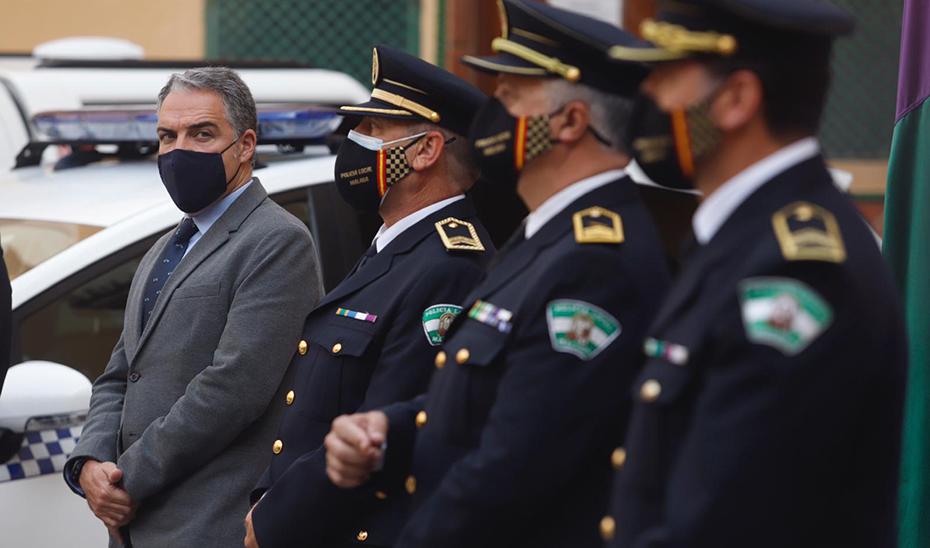 Elías Bendodo, durante su visita a la Jefatura Provincial de Málaga.