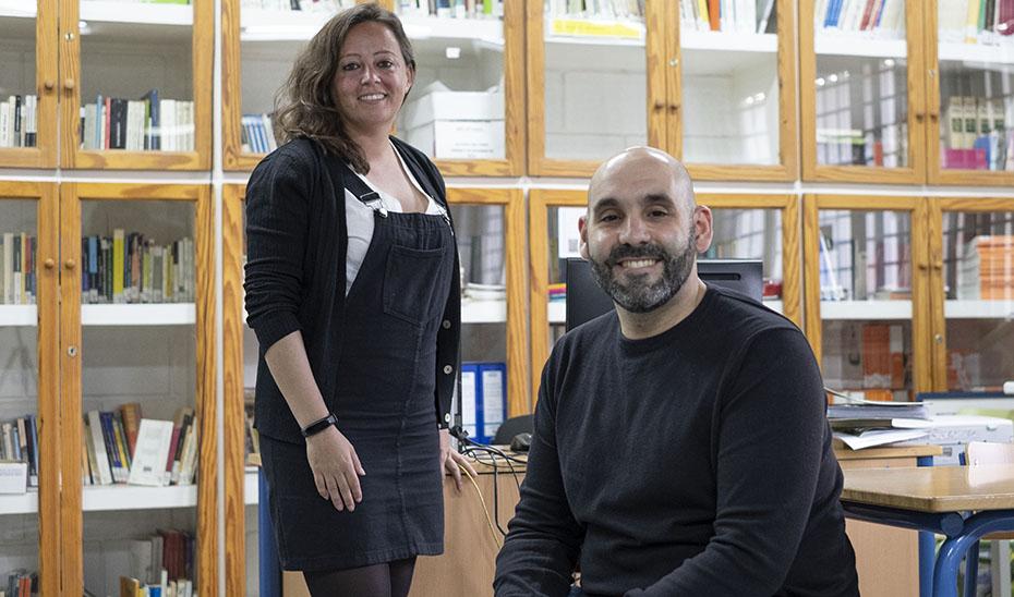 Álvaro Checa y Rosario Alcázar, en la biblioteca del IES Punta del Verde.