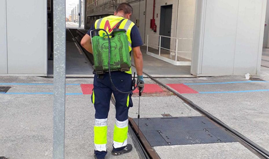 Un operario desinfecta las instalaciones del metro granadino antes de la llegada de pasajeros.