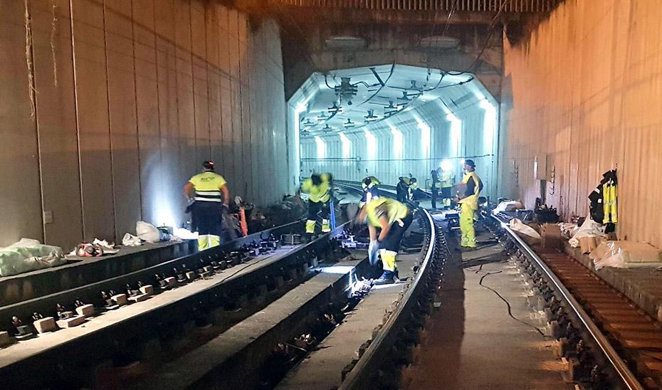 Técnicos de Metro de Sevilla trabajan contrarreloj para que las vías estén operativas para el primer tren.