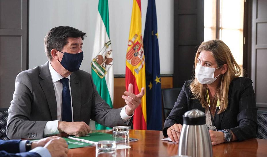 Juan Marín y la directora general de Calidad, Innovación y Fomento del Turismo, Ana García, en una reunión.