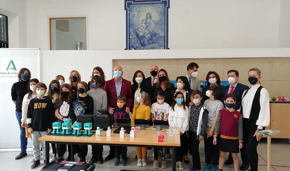 El consejero de Educación, Javier Imbroda, con alumnos participantes en el programa en el programa \u0027DigiCraft en tu Cole\u0027.