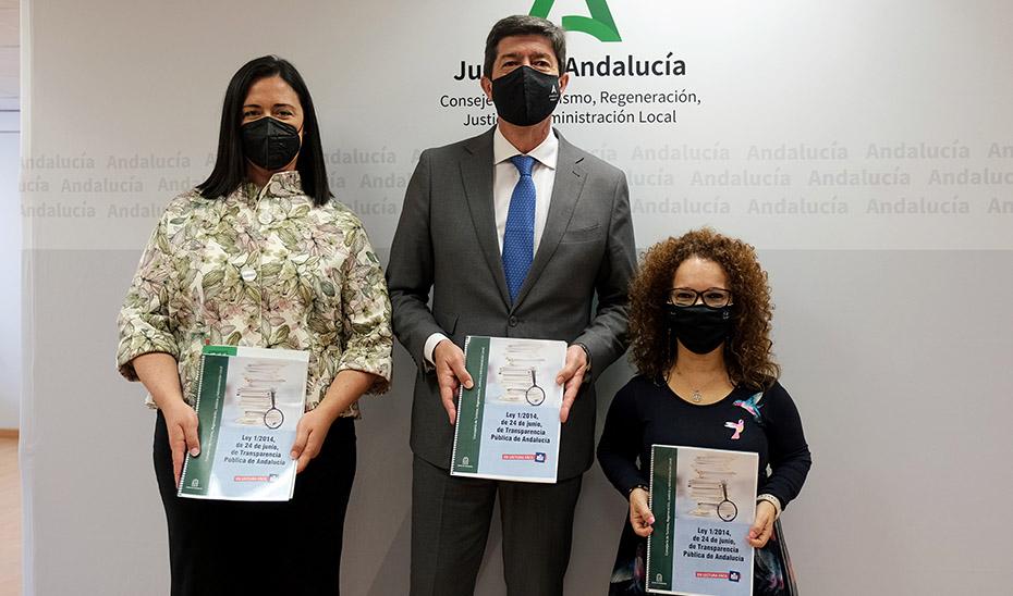 Juan Marín, junto a la presidenta regional del CERMI, Marta Castillo, y la secretaria de Regeneración, Racionalización y Transparencia, Nuria Gómez.