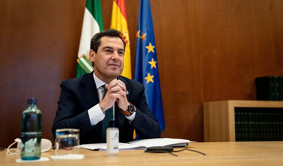 El presidente de la Junta, durante la reunión telemática que ha mantenido con el alcalde de Cádiz.