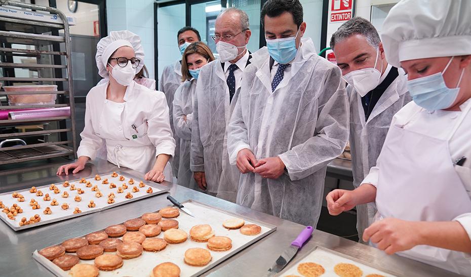 Juanma Moreno supervisó in situ los trabajos de los alumnos de 'La Cónsula'.