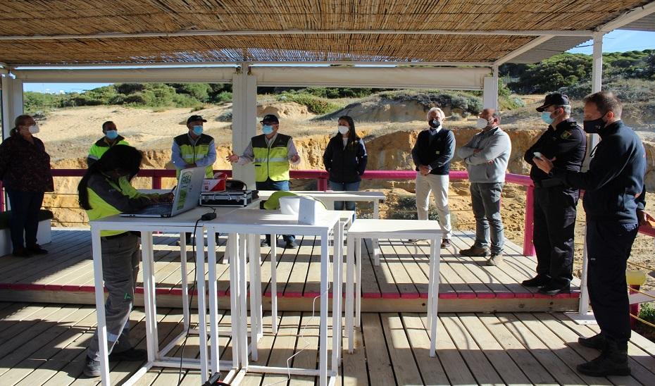 La Junta despliega a medio centenar de efectivos para las labores de limpieza de las manchas de hidrocarburo entre Mazagón y Matalascañas