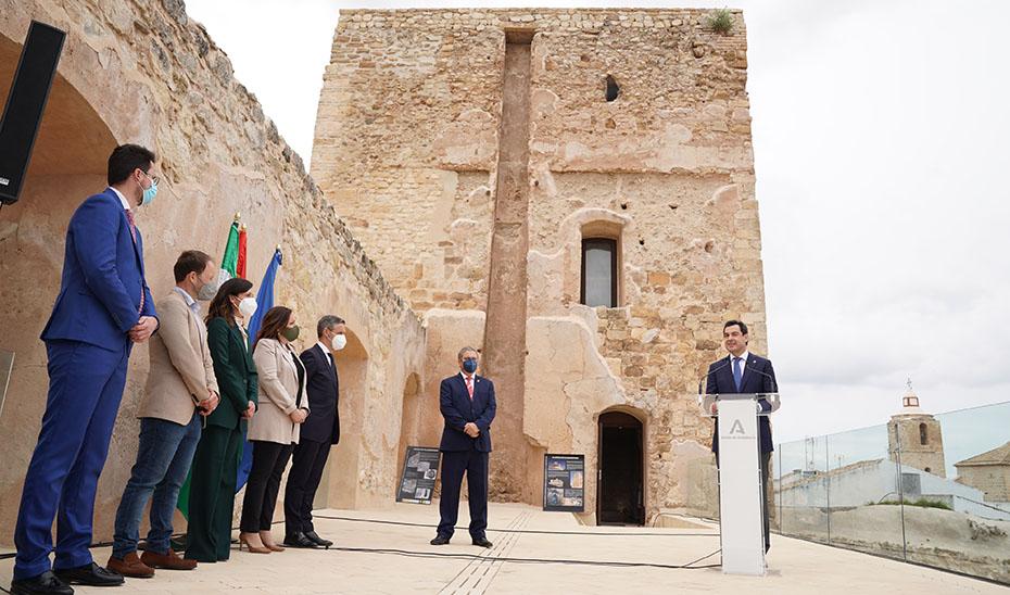 Un momento de la intervención de Juanma Moreno ante el Castillo de Villardompardo.
