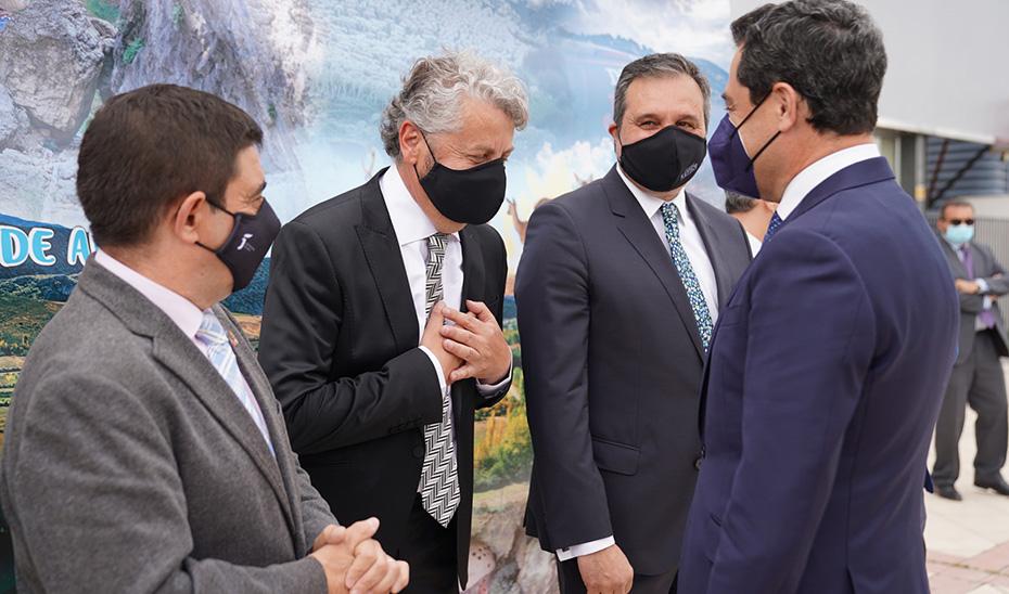 El presidente andaluz saluda al director de Diario Jaén y a otros responsables a su llegada a las instalaciones del periódico.