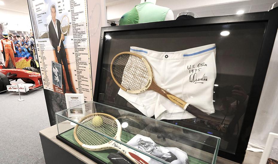 Algunas raquetas del tenista Manolo Santana en la exposición.