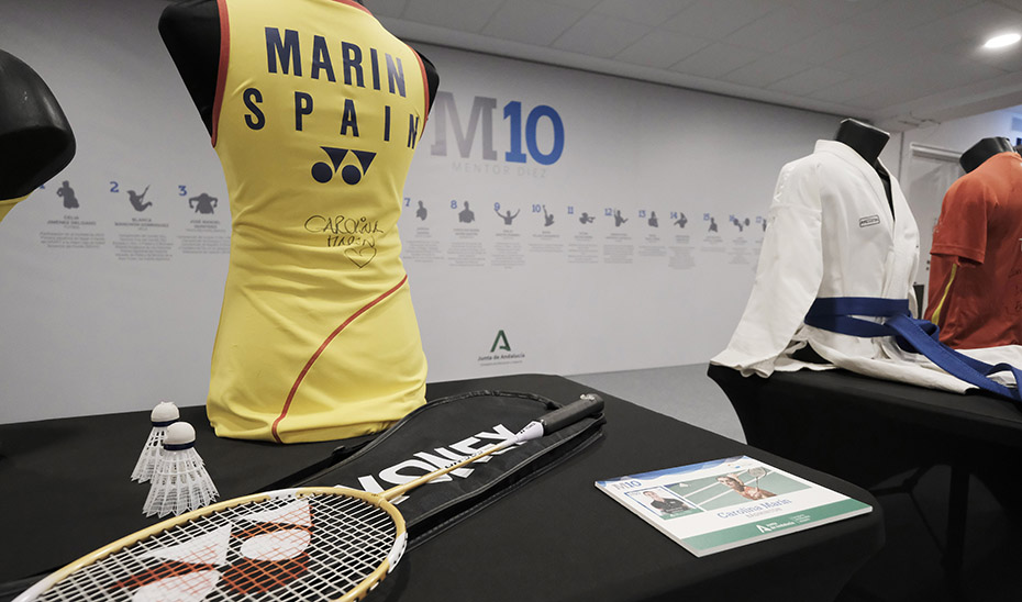 Camiseta y raquetas de la onubense Carolina Marín, campeona del mundo de bádminton.