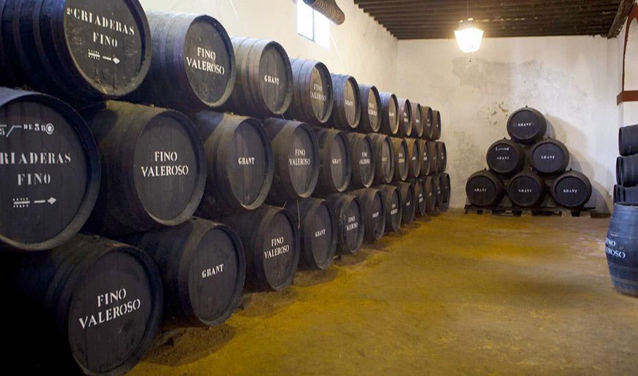 Las botas de una bodega del Marco de Jerez, donde se elabora vino generoso mediante el sistema de soleras y criaderas.