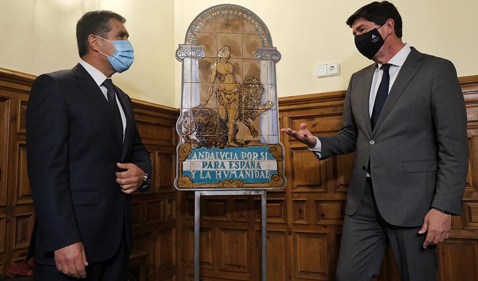 Juan Marín y Lorenzo del Río, durante la entrega de la réplica del escudo de la casa de Blas Infante.