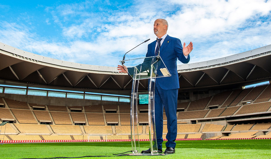 El consejero de Educación y Deporte, Javier Imbroda, sobre el césped del estadio de la Cartuja.