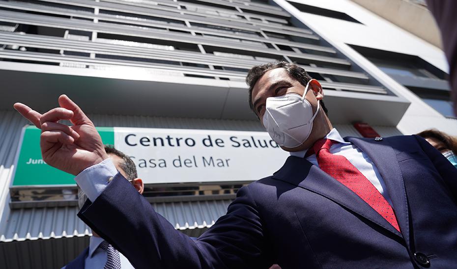 Moreno, en la fachada del nuevo centro de salud Casa del Mar de Almería.