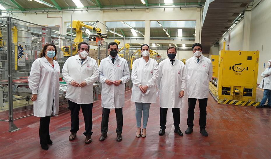 Moreno, junto con el resto de autoridades, en la fábrica de Pastas Gallo de El Carpio.