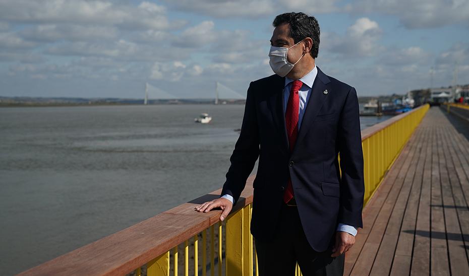 Juanma Moreno observa el Guadiana desde la ribera reurbanizada.