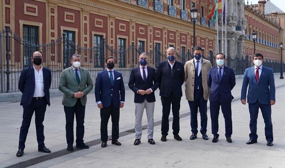 El consejero Elías Bendodo, junto a los representantes del sector taurino, con los que se ha reunido.