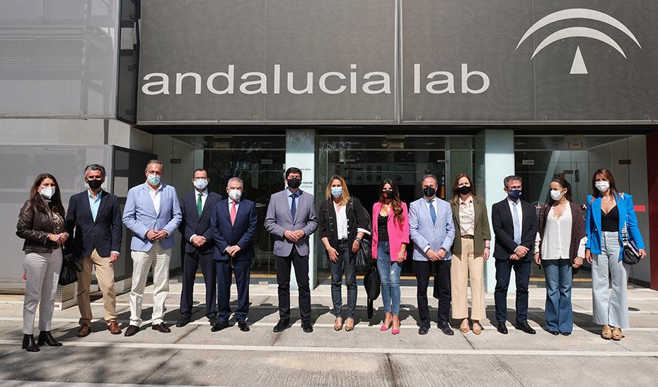 Foto de familia de Marín con los delegados de Turismo y otros cargos de la Consejería.