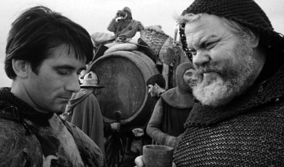 Orson Welles como Fasltaff, en la película Campanadas a medianoche, ante una bota de vino.