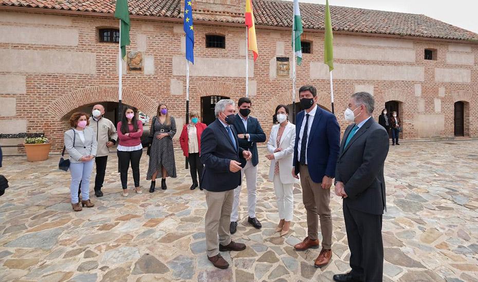 El vicepresidente y consejero de Turismo, Juan Marín, durante una visita a la localidad jiennense de Aldeaquemada.