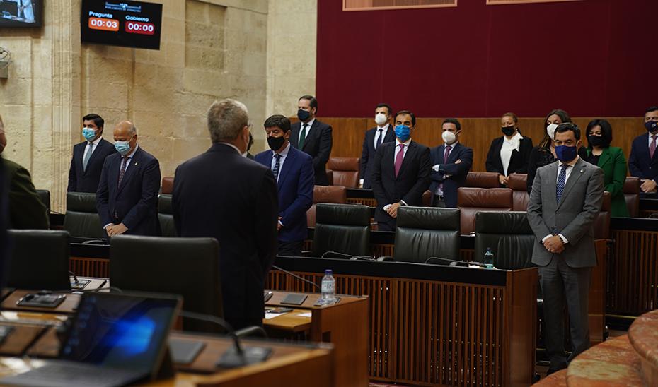 Los parlamentarios guardan un minuto de silencio en memoria de los periodistas españoles asesinados en Burkina Faso.