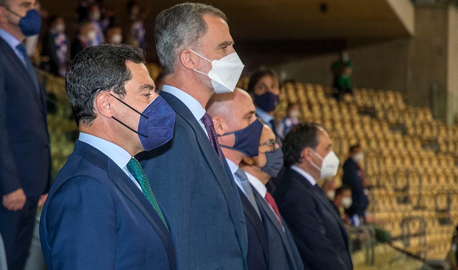 Juanma Moreno junto a S.M. el Rey Don Felipe VI y el resto de autoridades en la final de la Copa del Rey en el Estadio de La Cartuja.