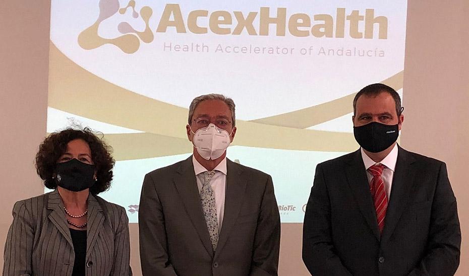 Rogelio Velasco junto a la rectora de la Universidad de Granada y el presidente de la Cámara de Comercio.