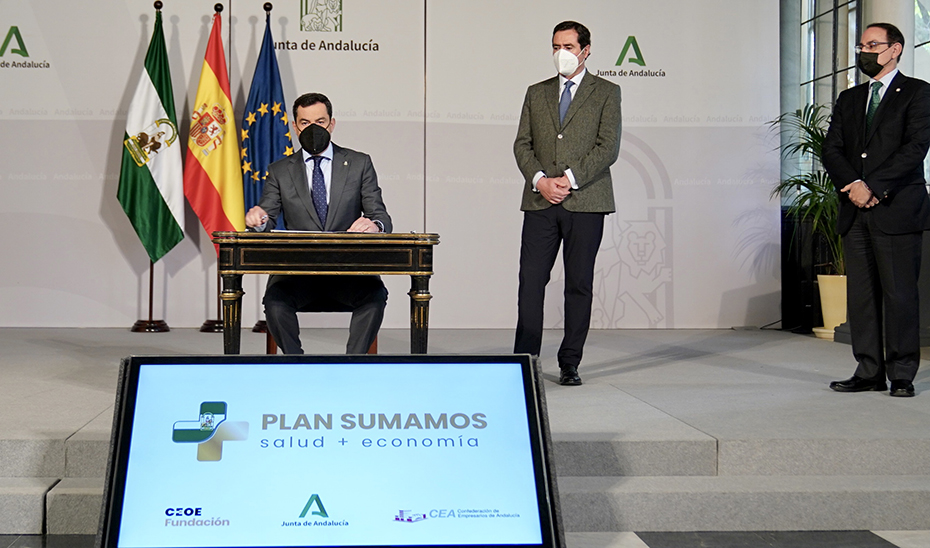 El presidente de la Junta suscribe el acuerdo durante el acto, celebrado en San Telmo.