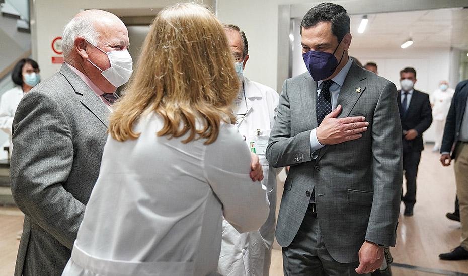 El presidente Juanma Moreno y el consejero de Salud, Jesús Aguirre, durante la visita al Macarena.