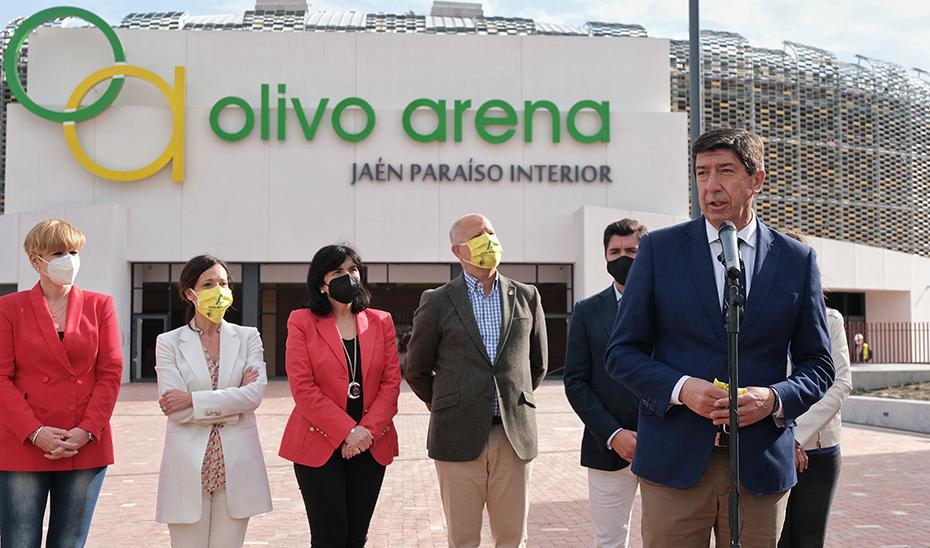 El vicepresidente, Juan Marín, interviniendo ante el consejero de Educación y Deporte, Javier Imbroda, frente al Olivo Arena de Jaén.